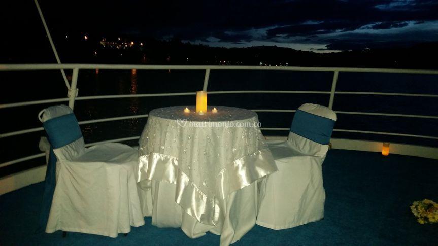 Cena romántica en la proa