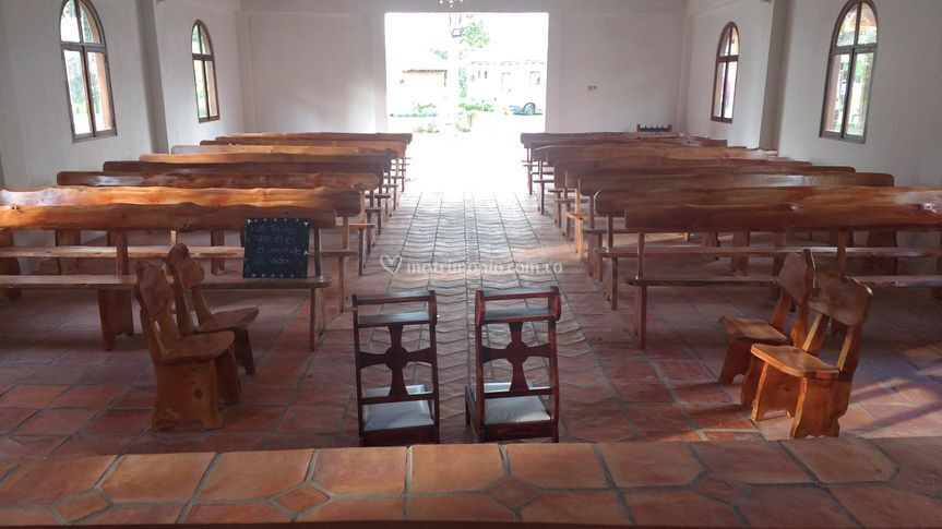 Sillas rústicas iglesia