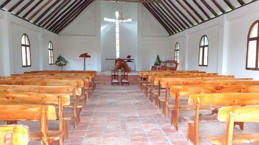 Iglesia sillas rústicas