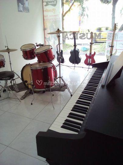Bateria, guitarra, piano