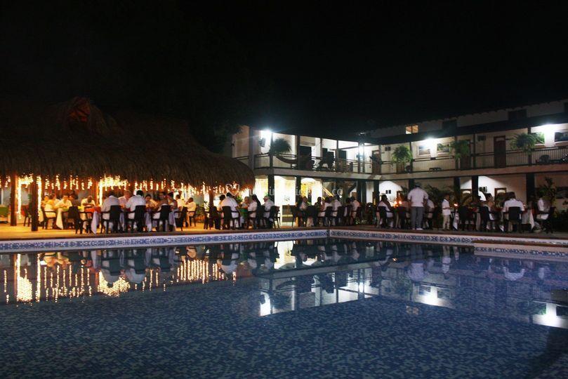 Banquete junto a la piscina