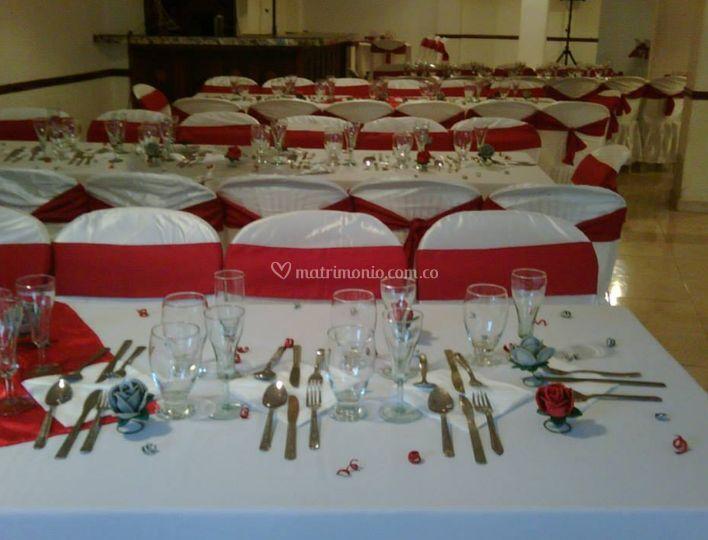 Sillas y mesas en rojo y blanco