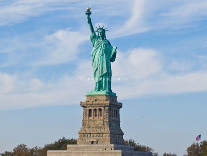 Admira la Estatua de la Libertad