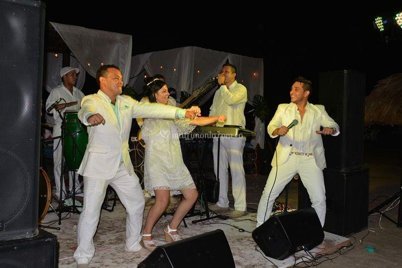 Los novios bailando en tarima