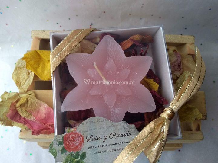 Vela flor en caja de cartón