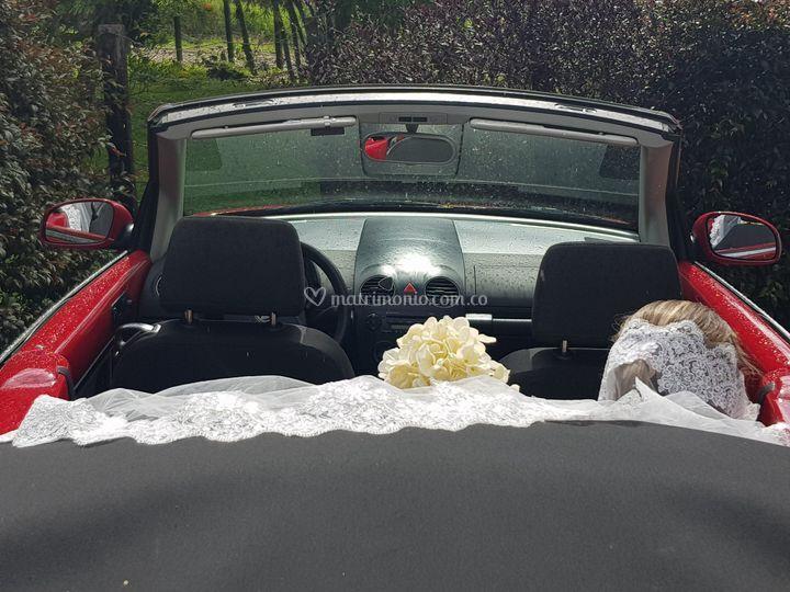 Su llegada a la boda es única