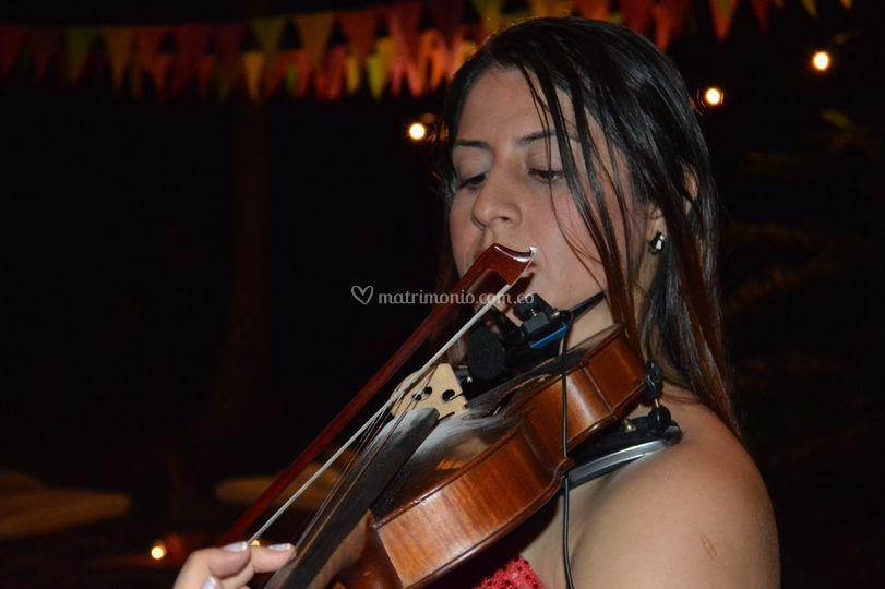 Claudia (violín y soprano)