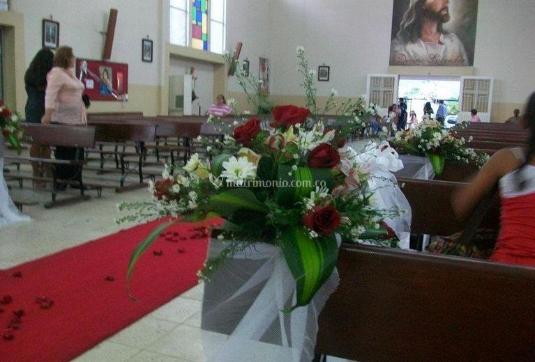 Florister a bosques del l bano for Sillas para novios en la iglesia