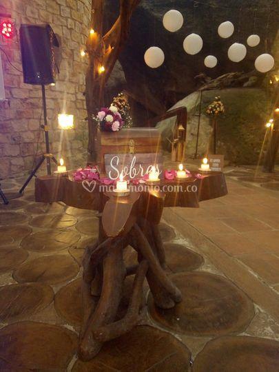 Mesa de sobre con velas