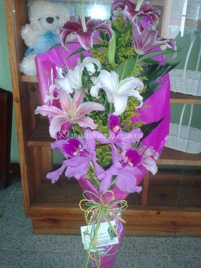 Orquideas y lirio del japon en