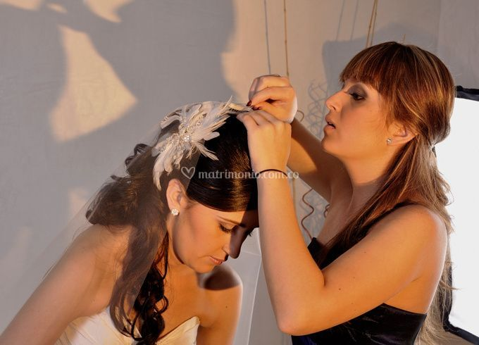 Hermana vistiendo a la novia