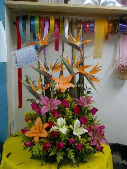 ab88614b17bd8 Arreglo lirios aves y rosas de Floristería Flores y Diseños