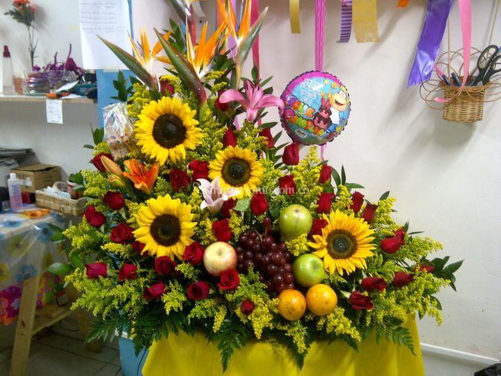 b0388afbd0aff Arreglo floral jardinera fruta de Floristería Flores y Diseños