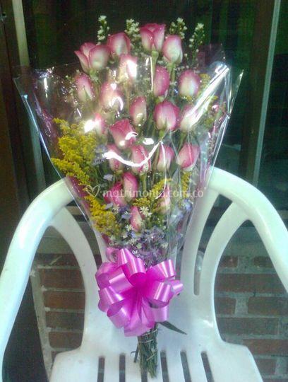 5aada89f90f7f Ramo de rosas de Floristería Flores y Diseños