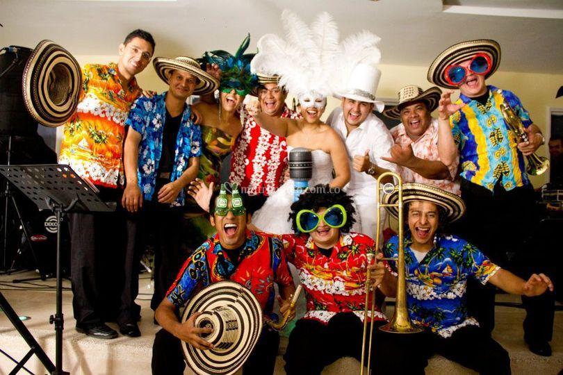 Músicos con trajes de HoraLoca