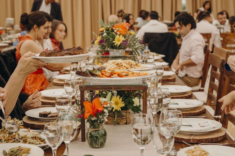 Comida servida a la mesa