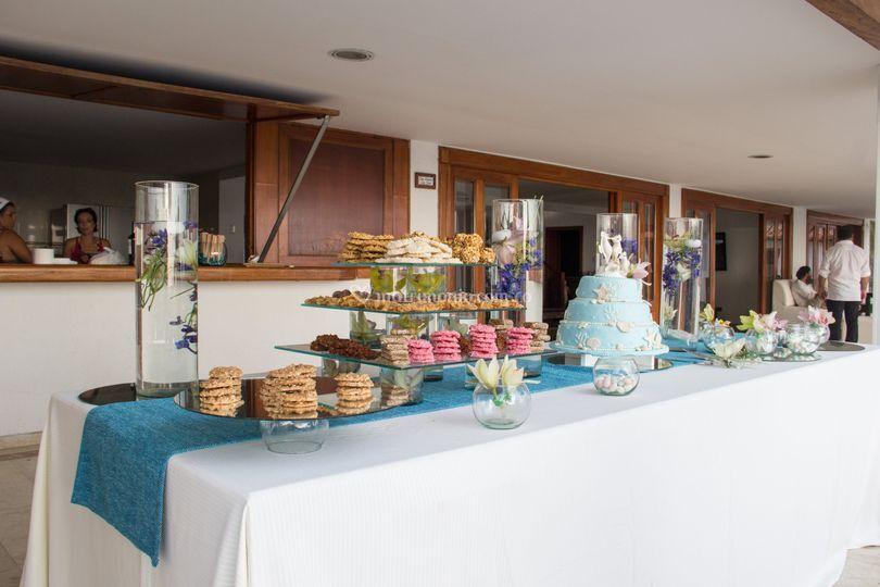 Mesa de dulces y torta
