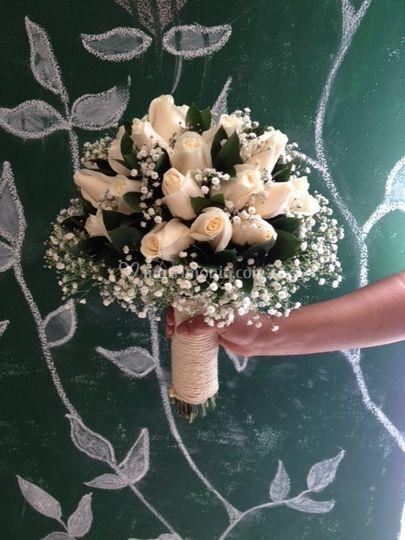 Yugo con rosas blancas y gypso