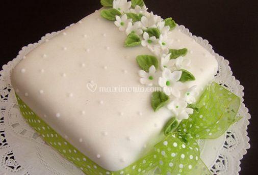 Pastel con flores verdes