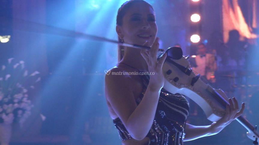 Gigi Matteus violin show