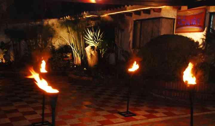 Exterior con antorchas de fuego