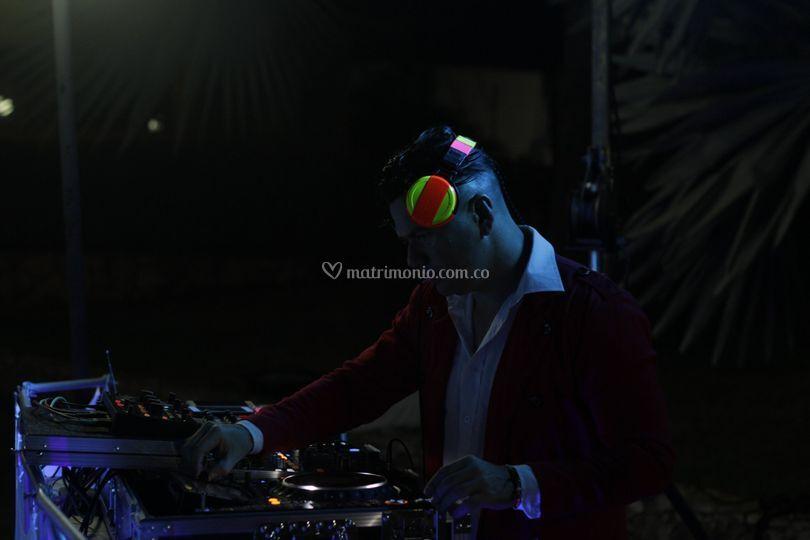 DJ Yova  en acción salón