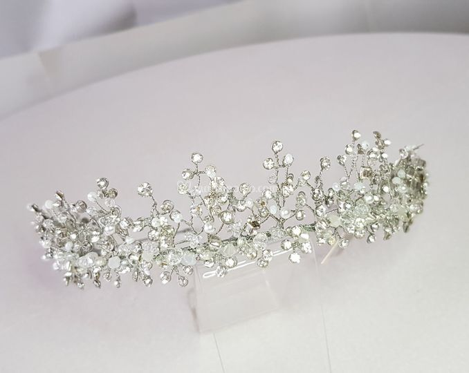Corona plateada en cristales