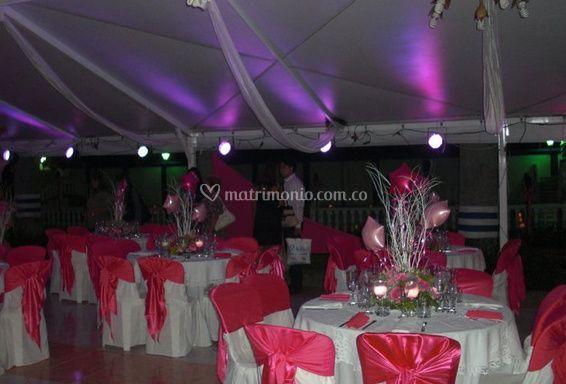 Salón iluminado para el evento