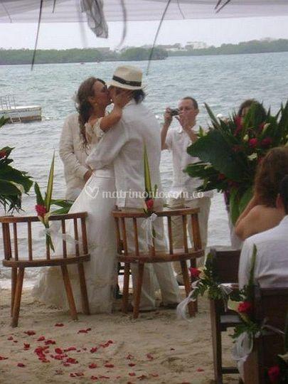 Beso, boda en la playa