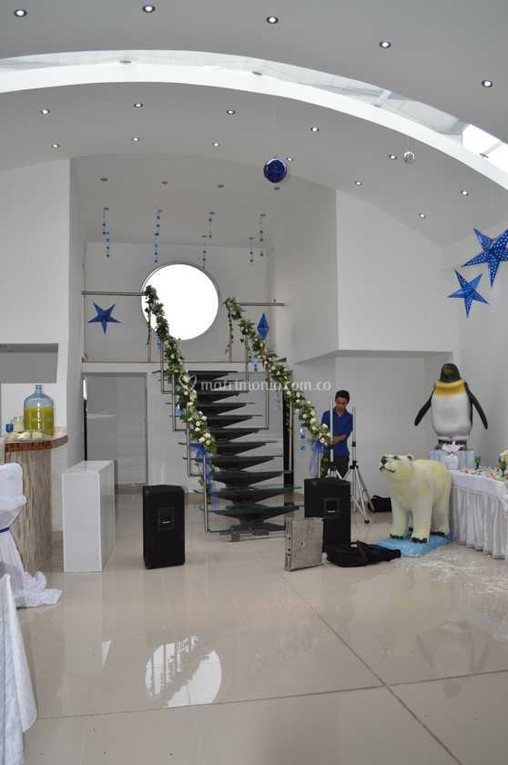 Salones con escaleras great saln con escaleras with - Salones con escaleras ...