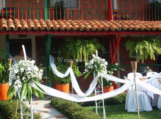 Decoración exterior con flores blancas