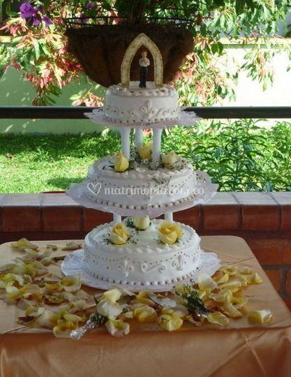 Decoración mesa de ponqué con flores