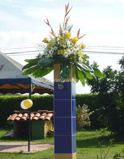 Columna decorada con flores