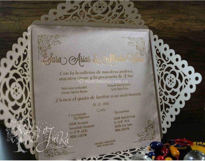 Invitación dorada estampada