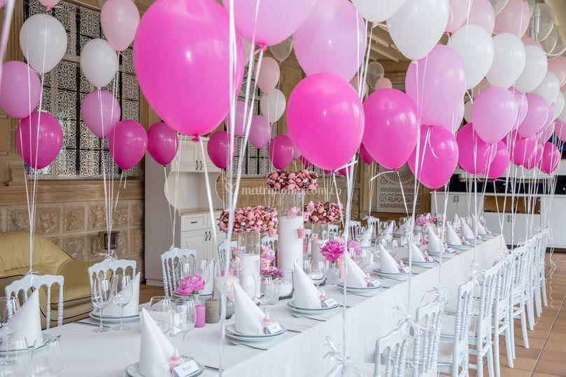 Mesa con globos en helio