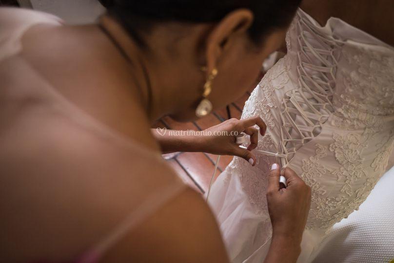 Poniendo el vestido de novia