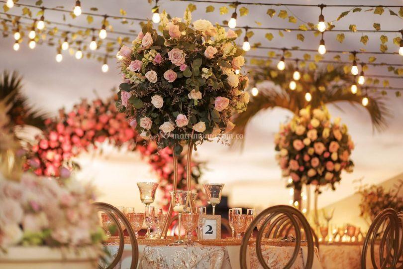 Luces y flores románticas