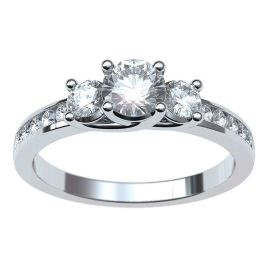 Anillo con diamantes laterales