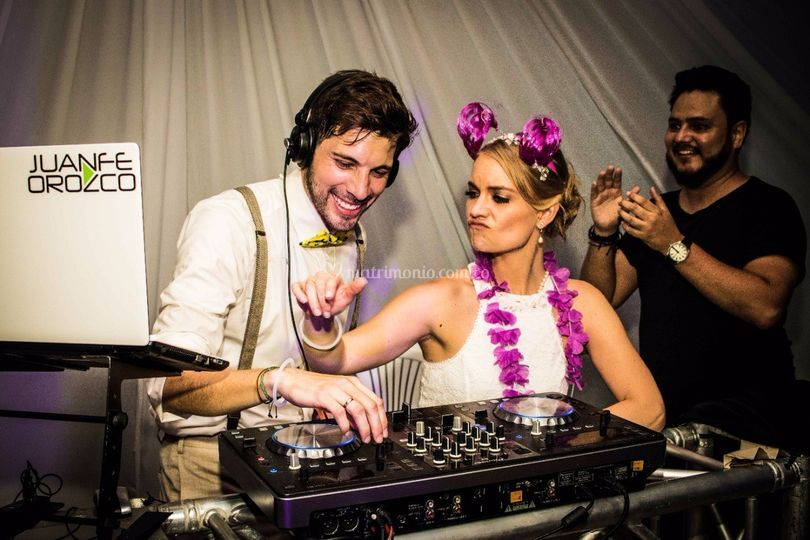 Los novios y el DJ