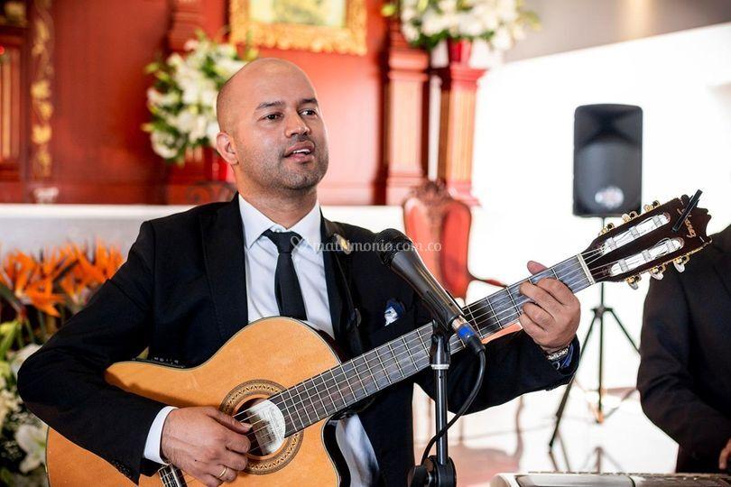 Guitarra y voz masculina