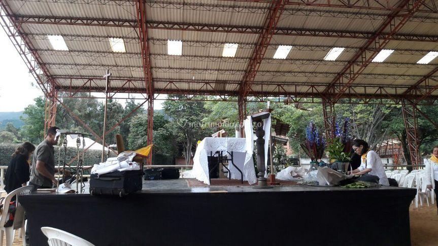 Preparación misa bajo cubierta