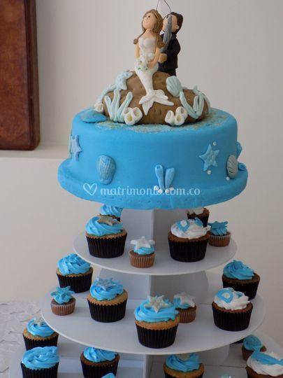 Torre de cupcakes y torta