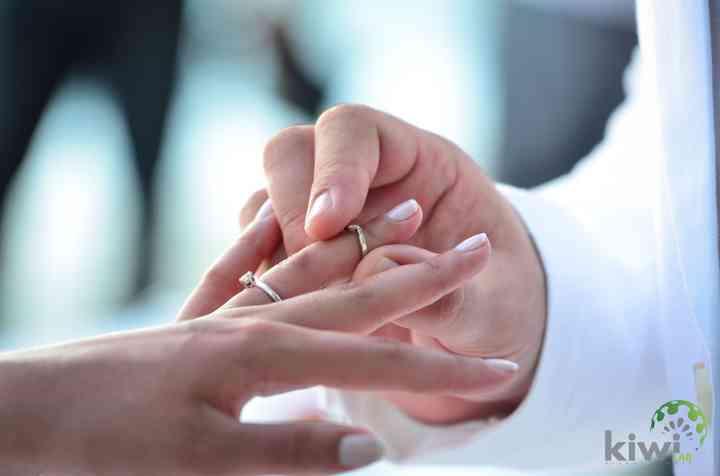 entrega anillo de boda en la ceremonia