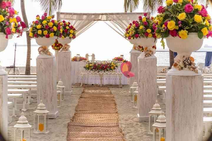 altar de matrimonio con telas y arreglos de flores altos