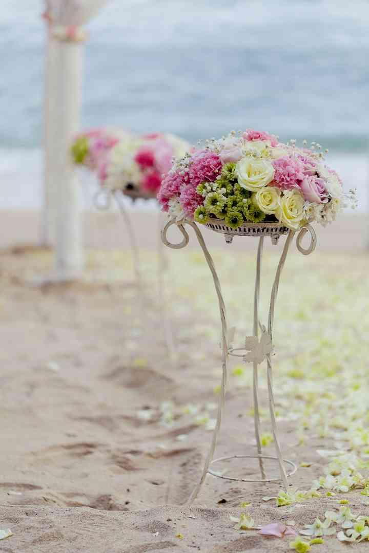 Flores para el camino de la ceremonia de boda en la playa