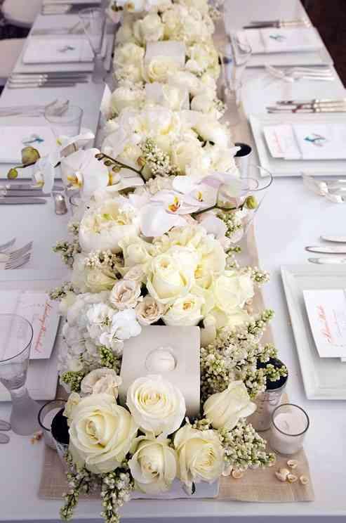 camino de mesa con flores y velas