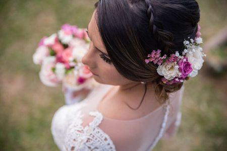 Peinados de novia con flores: naturales, artificiales... ¡todos enamoran!