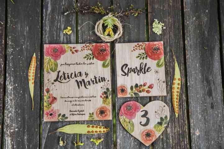 Tarjetas de matrimonio en madera con flores