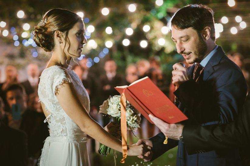 pareja de novios en el altar diciendo votos matrimoniales