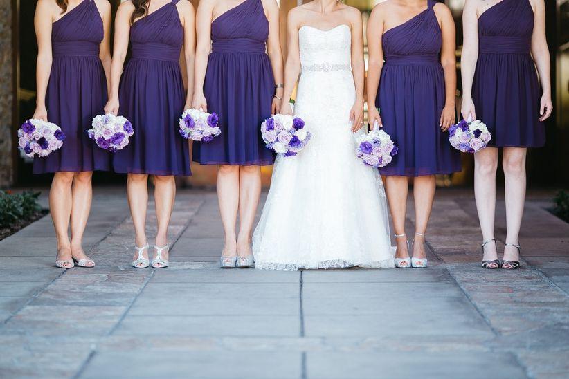 Las damas de honor deben tener un look que siga el estilo de tu boda y tu  look de novia. Ellas pueden usar un mismo diseño o cada una un vestido  diferente 9e3f3aeb3346